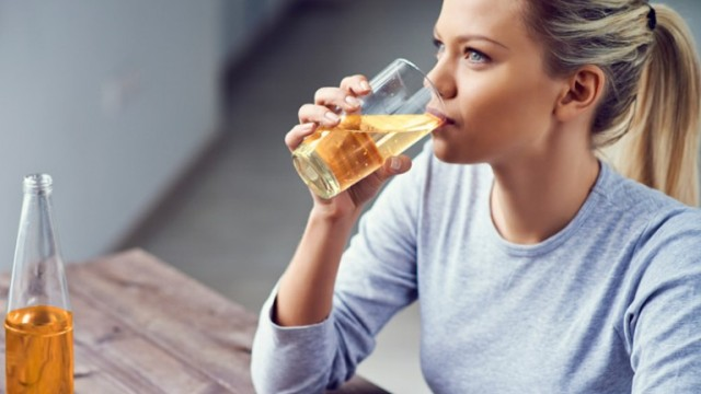 women drinking apple cider vinegar to loose weight